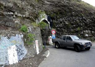 Durch diesen schmalen Tunnel muss auch unser Bus...